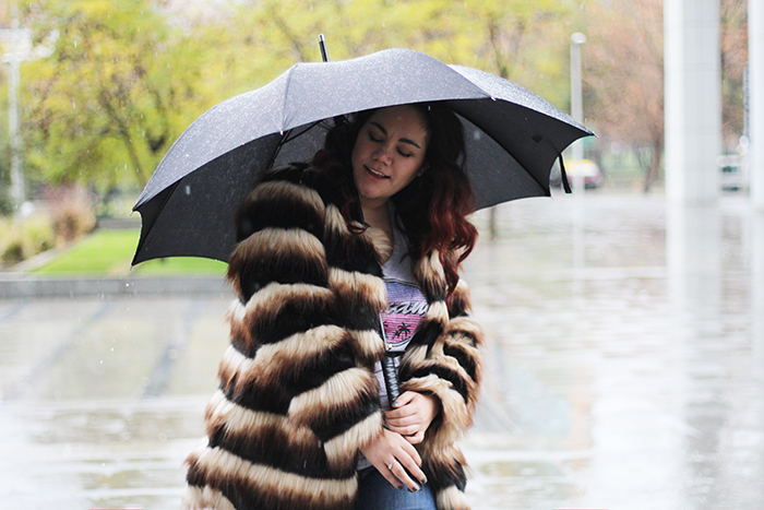 faux-fur-coat-rain-umbrella-outfit-ideas-santiago-chile