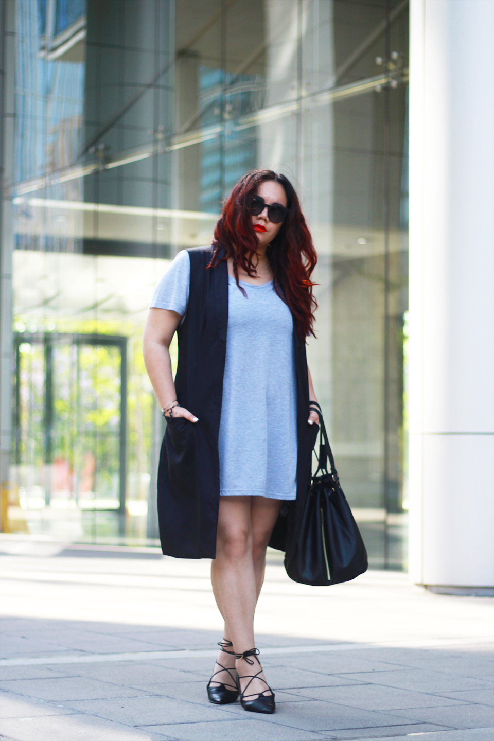 blogger-mexicana-lace-up-flats-bucket-bag-sleveless-blazer-gray-dress-look-chic-santiago-street-style-plus-size