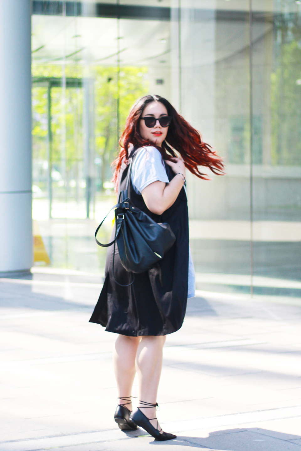 blogger-mexicana-lace-up-flats-bucket-bag-sleveless-blazer-gray-dress-red-hair-blogger-fashion-street-style