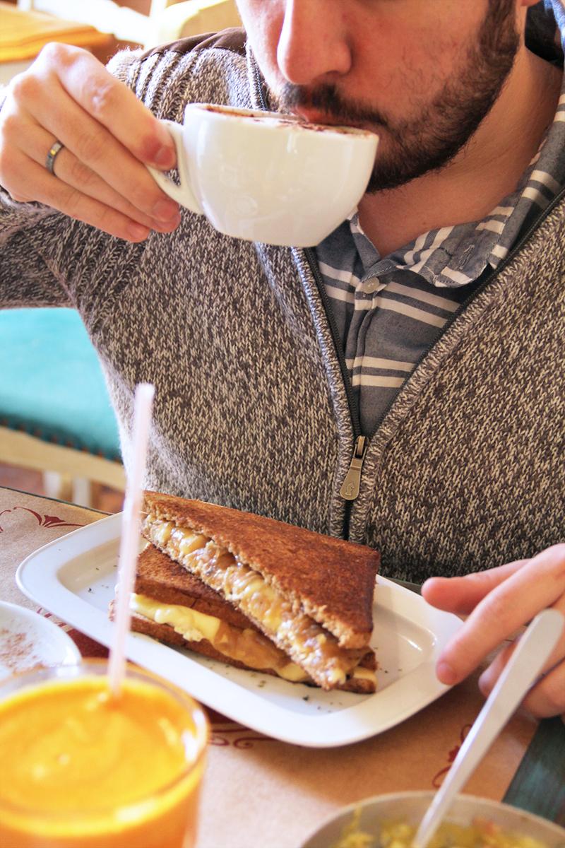 trufa-cafeteria-gourmet-simon-bolivar-nunoa-comida-brunch-prensaditos-huevos-trufados-desayuno-cafe-comida-tortas-donde-comer-10