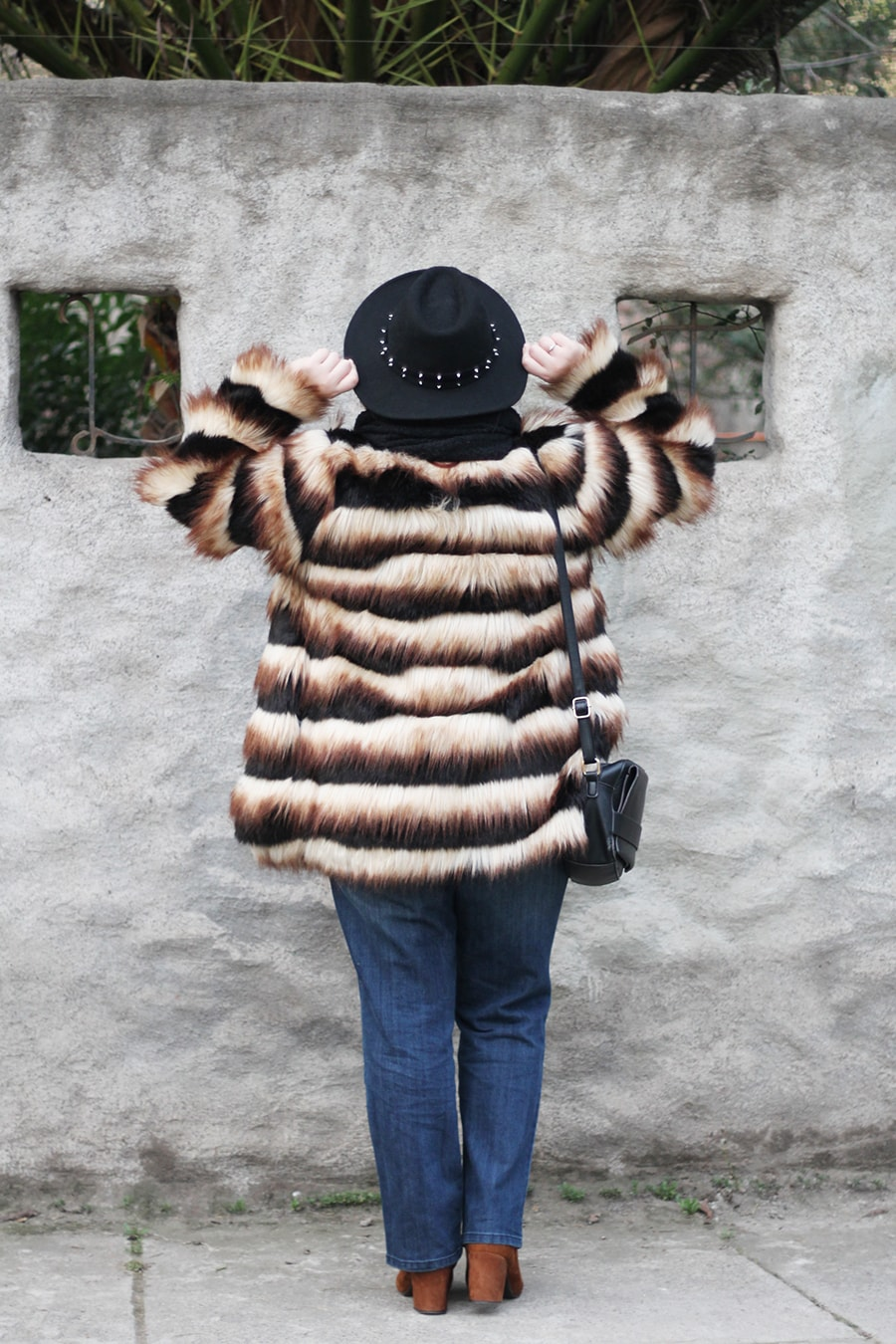 Viviendo el invierno con color, winter outfit with a faux fur coat | Golden Strokes