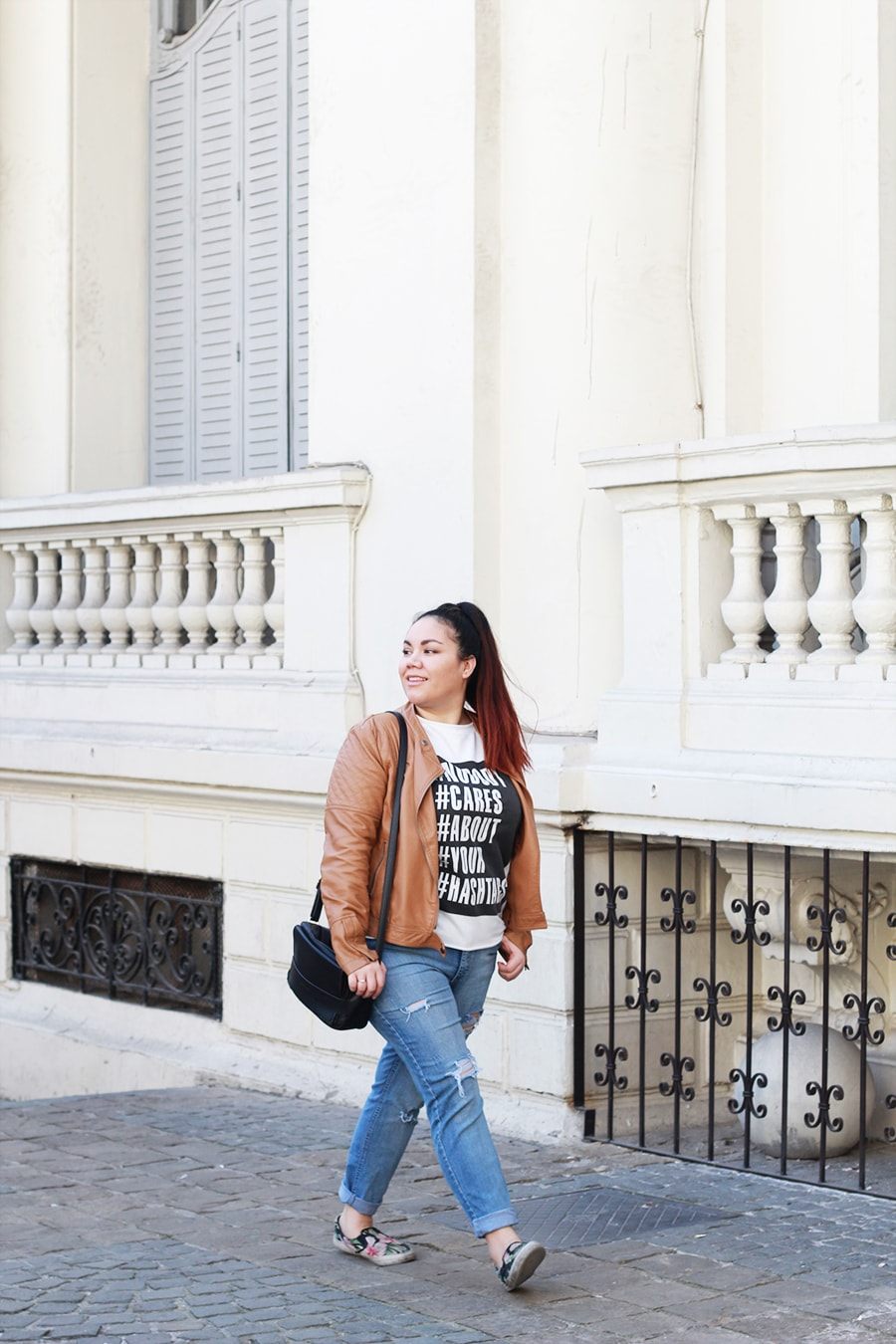 graphic-sweater-outfit-everyday-look-leather-jacket-ripped-jeans-plus-size-camel-hashtags-blogger-mexicana-chile