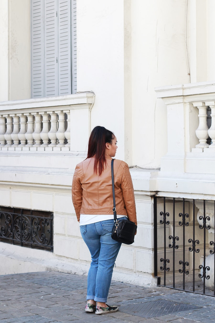 graphic-sweater-outfit-everyday-look-leather-jacket-ripped-jeans-plus-size-camel-hashtags-blogger-mexicana-talla-grande-moda-fashion