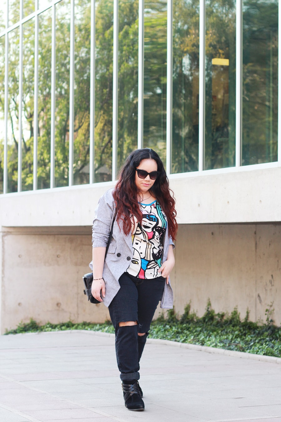 Busted knee jeans and graphic prints - blogger mexicana - plus size | Golden Strokes