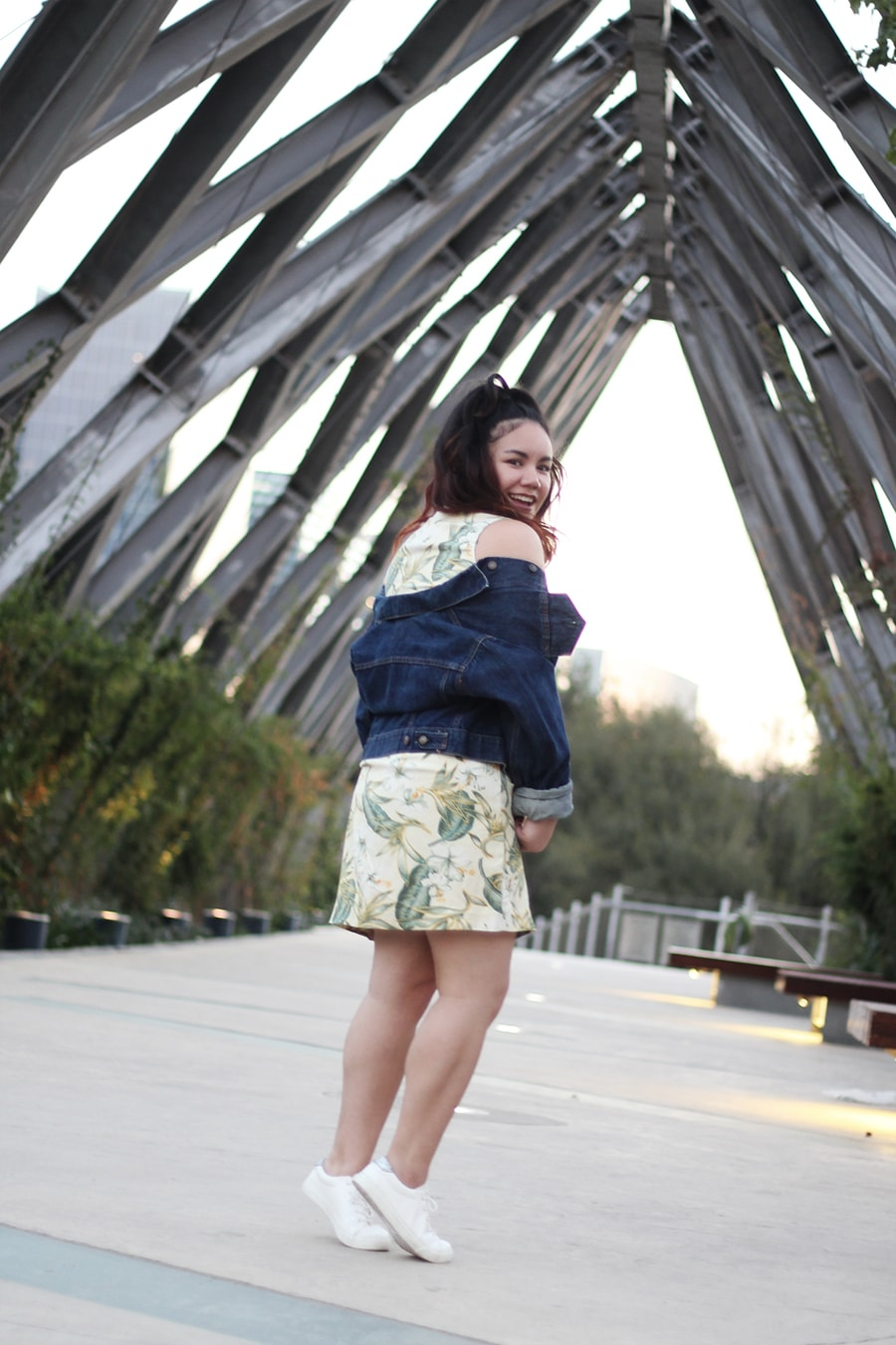 Tropical print dress leaf - denim jacket and white sneakers - blogger curvy mexicana