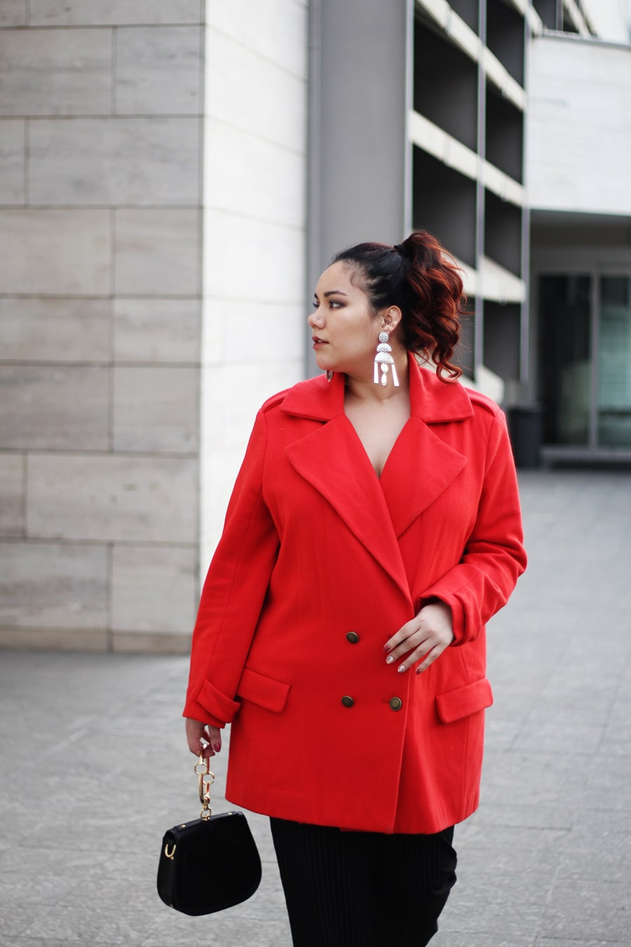 outfit chile fashionista blogger mexicana red oversize coat trousers elegant look