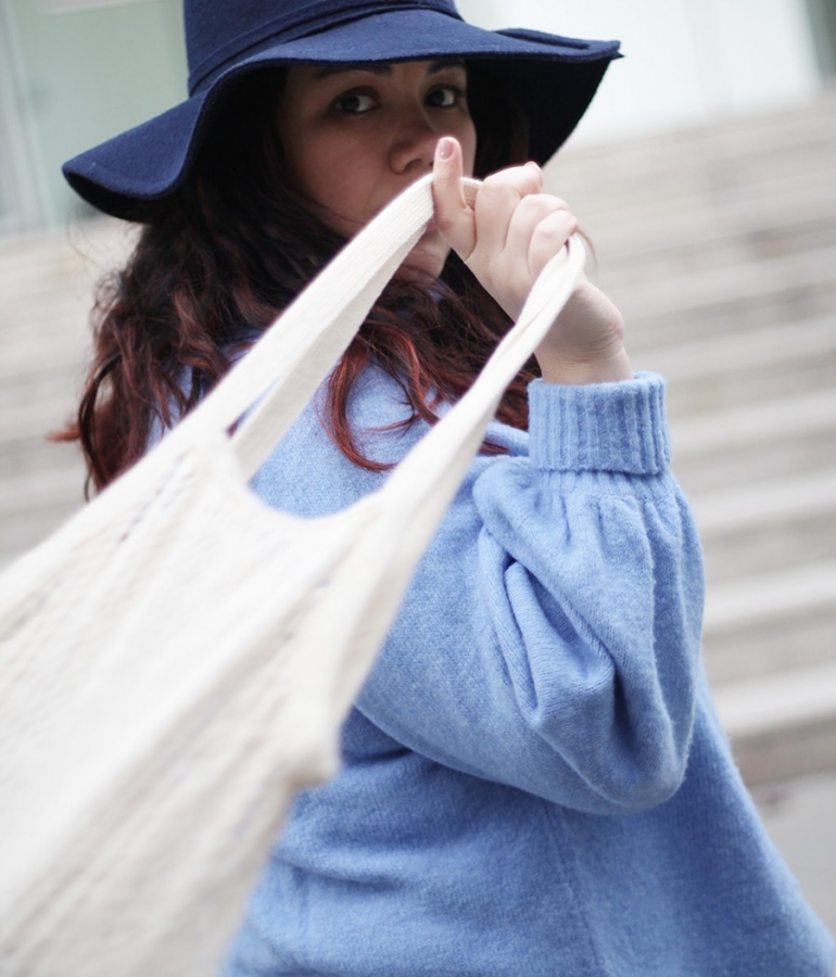 Bluish mind and a trendy net bag